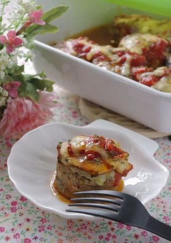 スライスしたナスに肉ダネをのせてクルクル巻いたロールハンバーグ。トマトハーブソース+チーズでちょっとお洒落にいただきます。