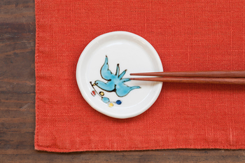 飛ぶ鳥という名前がつけられた豆皿は、お醤油や薬味をのせるほか、こんな風に箸置きとして使うこともできます。鳥と余白のバランスが非常に良いので、描かれた鳥に勢いを感じますね。