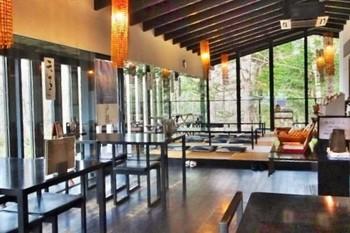控えめな吹抜けのある、白壁のモダンな店内。竹を編んだランプから、客席に温かな光が降り注ぎます。