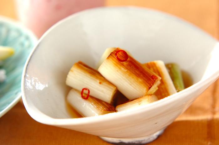 こんがりとした焼き色をつけるのがコツ。熱いうちに事前に作っておいたショウガ酢に浸けます。ショウガ酢はしょうが汁、唐辛子、甘酢といったラインナップ。さらにだし汁とお醤油で味付けされています。ほんのりすっぱくほんのり甘い!