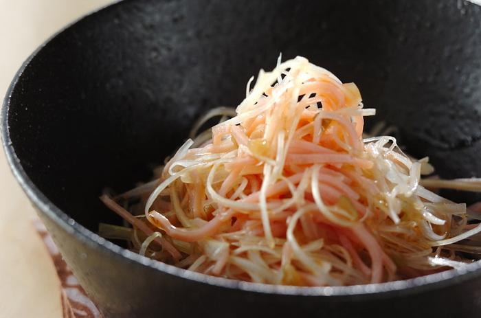 メインの白ネギにハムを添えて。アクセントにザーサイを使っています。サラダなんだけど存在感があってご飯にもよく合いますよ。白ネギの食感がとても楽しめます。ごま油の風味がよくきいていてお米と食べたい一品♪