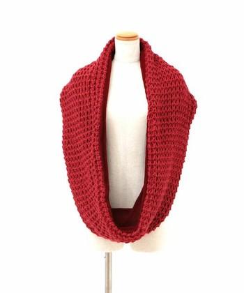 赤のスヌードはファッションのアクセントになります。カラフルな冬のオシャレを楽しむのも◎