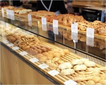 『365日』のパンは素材にもこだわりが。 福岡産、北海道産など、どこのどんな小麦粉が使われているのか書かれた商品も多くみられ、そのこだわりが伝わってきます。