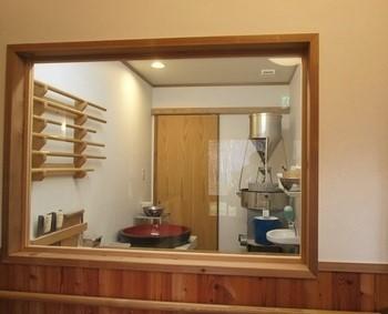 お蕎麦は、日本の粉体工学のオーソリティが開発に携わったという希少なマシンで製粉後、石臼で挽いています。
