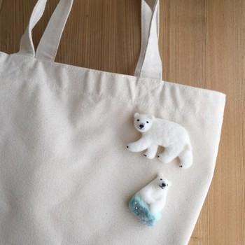 羊毛フェルトでできた白くまのブローチ。羊毛のふわふわした質感と、なんともいえない可愛らしい表情がとってもキュート。大きめなので、バッグにつけたい一品です。