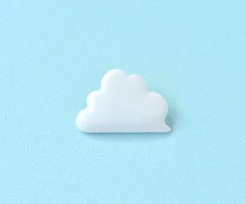 ツヤのある白磁のブローチ。雲のモチーフは、洋服やバッグにちょこんとつけるとアクセントになります。