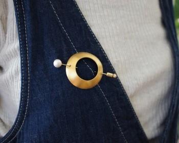 真鍮のわっかをピンで留める珍しい形のブローチ。普段着にも、おめかしのときにも使えるデザインです。