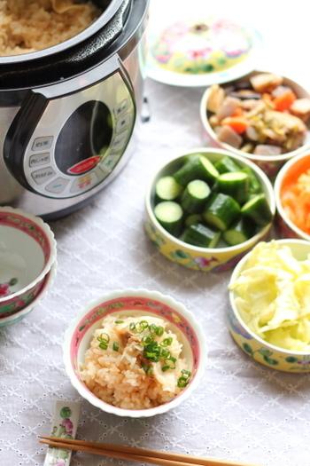 こちらも簡単!お米を洗い、お水を入れたら餃子・焼肉のタレ・塩を加えて炊くだけ。最後にふわっと混ぜて、万能ネギを散らせばおいしいギョーザ炊き込みご飯に大変身!