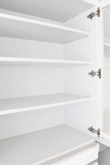 食器の使用頻度やサイズに合わせて棚の位置を決めましょう。普段使いの食器は、手の届きやすい下段から2番目あたりが理想でしょう。下段より3番目あたりは、マグカップやグラスなど取りやすいものをおすすめします。上段は、お客様用の食器など出番の少ない食器を置きましょう。