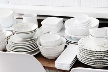 食器の色や素材をまとめましょう。食器を並べてみたら同じ色だったり、磁器や土器だったり共通点はありませんか?同じ仲間に合わせると美しくみえます。