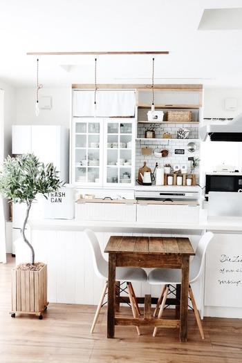 少し離れたところから食器棚をみて棚と食器の隙間や高さのバランスなど微調整をしましょう。詰め込み過ぎには注意です。少し物足りないかなと思う程度がちょうどよい、気持ちよく並んでいるかどうか?もとても大切なです。