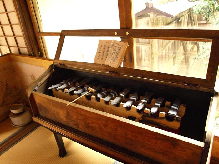 【「勝林院」の塔頭「宝泉院」の展示物。画像は、サヌカイト製の「石琴」で、鉄琴や木琴の様に音階が付いています。澄んだ美しい音色を奏で、声明の音律を確認するために使われます。】