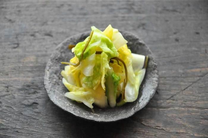 お塩と昆布だけで味付けする浅漬けは、白菜のみずみずしさをそのまま残したシンプルさが魅力。塩と昆布をまぶして保存袋に入れ、上から重しをすれば3~5時間で完成します。お好みでお醤油やごまをかけて食べるのもいいそうですよ♪