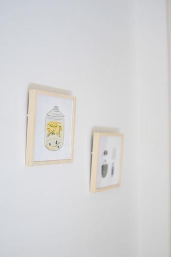 ふんわりとしたタッチが温かみのある暮らしを思い起こさせます。厚みのある木製額にいれると、壁とのすきまに影が生まれて、より立体的に飾ることができますね。