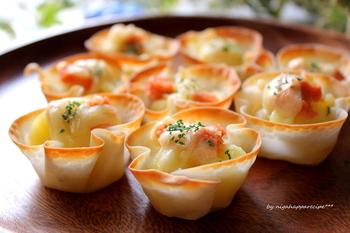シリコンカップに餃子の皮を入れて、じゃが芋、明太子、チーズマヨネーズを入れオーブンで15分で出来上がり!簡単なのに華やかな一品です。