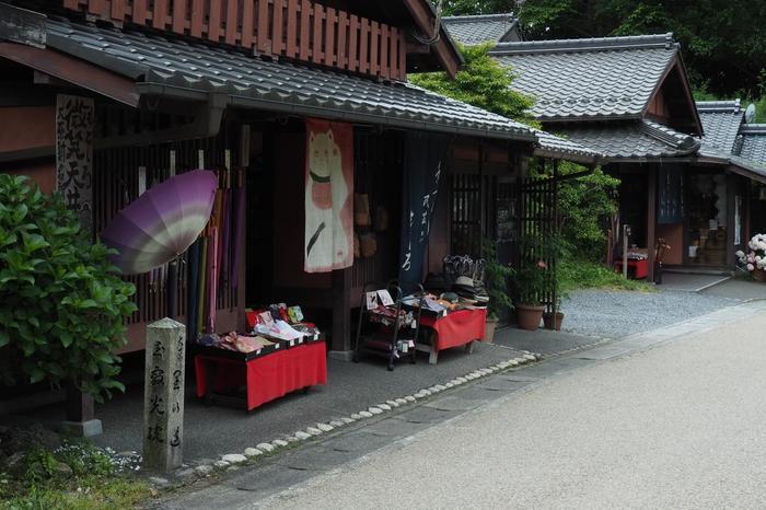 三千院へと通じる里の道に佇む「ももしろ」は、大原バス停近くの和紙を専門とした民芸品店。