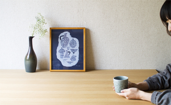 お隣に置かれたすらりとした花瓶とアートポスターがテーブルにあることで、まるでカフェのようになりました。ひとりでまったりできるおうちカフェの開店です。