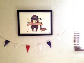ざらりとした手触りの紙にプリントされたキュートなクマさんのポスター。ガーランドでまわりを飾ってあげると、より特別感が増しますね。