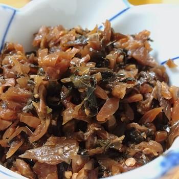 お土産なら、自家製栽培の赤紫蘇を使った「しば漬け」や、さっぱりとした味わいが評判の「千枚漬け」、手摘みのふきのとうを味噌で炊き上げた「蕗のとうみそ」等。 【画像は、茄子・胡瓜・紫蘇・茗荷のしば漬けを、醤油風味に仕上げた「味柴ば漬」。異なる食感と風味が楽しめる美味しい漬物です。お弁当やお茶漬けにぴったり。】