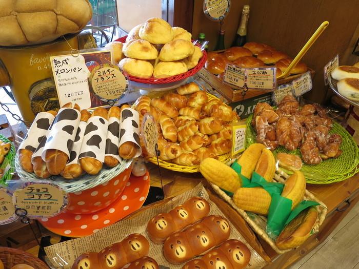 見た目も楽しいパンがたくさん並んでいます。「遊園地みたいなパン屋さん」と言われるのも納得です。