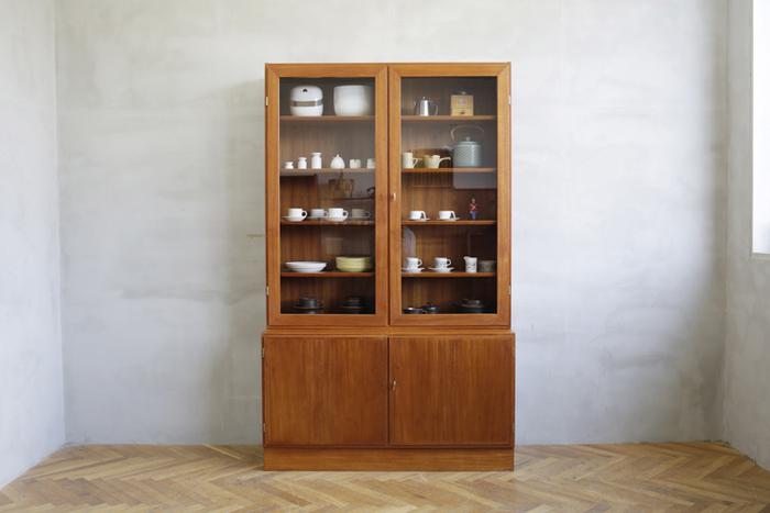 ガラスシェルフは、器が見やすくどこに何があるかすぐにわかるのがうれしいですね。上段に飾った食器たちも一層美しく見え、ホコリの心配もありません。