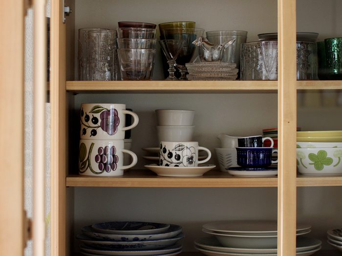 お気に入りの器は、いつも見えるところに置きたいですよね。でもついつい集め過ぎてふぞろいになってしまい隠してしまうって人も多いのでは?ちょっとした簡単なコツで見た目にも美しい「食器棚」ができます。