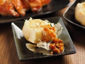 ニンニクをまるごとホイル焼きにして、もろみ味噌でいただく、おつまみに喜ばれそうなレシピは風邪が流行する季節にも、覚えておくと重宝しそうです。