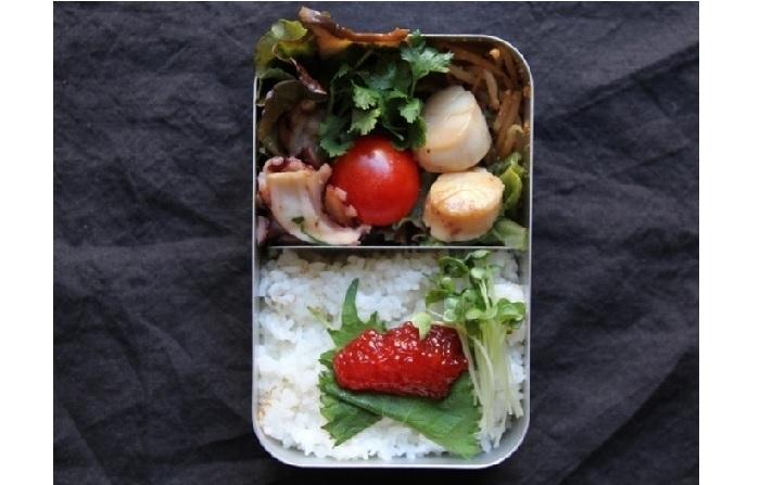 『タコステーキ弁当』。パクチー風味のたこに焦げ目がついたら出来上がり!ご飯の上に載せたすじこなど、贅沢な海鮮系のお弁当です♪