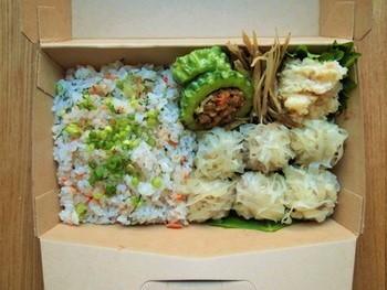 『しゅうまい弁当』の中身は、鮭の混ぜご飯・しゅうまい・めんたいポテサラ・ゴーヤのドライカレー包み。※しゅうまいの皮は、千切りにして載せるだけ。時間がなくても大丈夫!