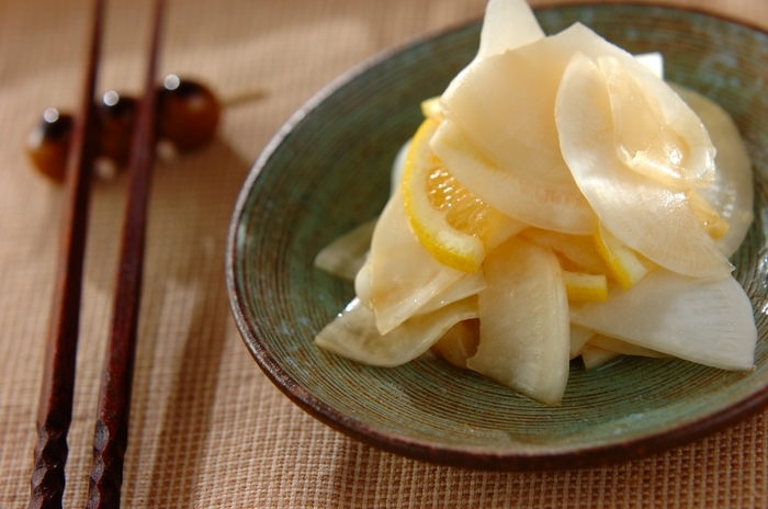 葉っぱを使わない浅漬けなら、さらに簡単に作ることもできます。塩もみして10分ほど置いたかぶに、レモンと醤油を和えれば出来上がり!もう一品欲しいという時にぴったりのおかずですね。