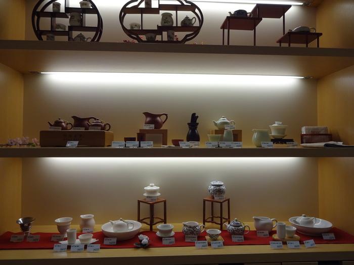 中国茶の茶器の販売も。お店で飲める中国茶を購入して帰ることもできます。