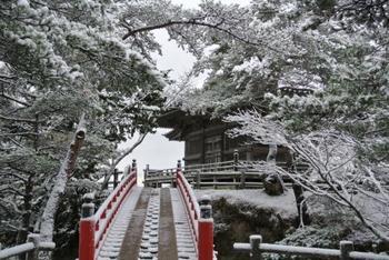 五大堂へは、落ちそうになるスリルを味わいながら木組みの透かし橋を渡って参詣します。すでに江戸時代中頃から透かしの構造になっており、足元をよく見て気を引き締めて訪れなさいという意味が込められているそうですよ。