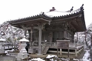 大聖不動明王を中心に、五大明王像を安置したことから五大堂と呼ばれるこの建物は、伊達政宗が1604年に復興した瑞巌寺に先立って建てられた歴史ある建造物です。