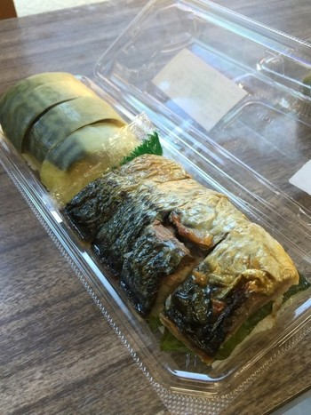 地元産の食材を使った、おにぎりや寿司等の弁当も各種販売しています。 【画像は、焼鯖としめ鯖の2種の味わいが楽しめる「静原 嘉右衛門さんの鯖の棒寿司セット」。】