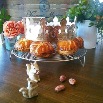 「ガレット デ ロワ」は、普段あまり聞きなれないお菓子かもしれませんが、フランスの年明け1月6日に食べられるお菓子です♪中にはアーモンドクリームたっぷりでお子さんも大好きなお味ですよ。どれが当たりかな~?と親子でわくわくしながら食べましょう♪