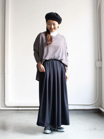ロングスカートを軸にした大人カジュアルなグラデーションは、濃淡で組み合わせることでスタイリッシュな装いに♪上品さの中に大人っぽさがある色合いで、味わい深いコーデになっていますね。