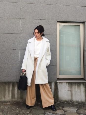 ホワイトとベージュを効かせたワントーンコーデのアレンジバージョンは、スタイリングが上品にすっきりとまとまります。全身が明るめの印象なので、トレンドのバケツ型バッグでダークな差し色のアクセントをプラスしてスタイリッシュな装いに◎。