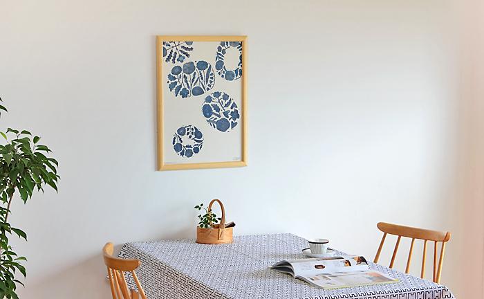 家族が集うテーブルまわりにポスターを飾ると、楽し気な雰囲気が作れますね。テーブルクロスやセンターピースなどとカラーを揃えて、季節ごとにチェンジしてみるのもいいですよ♪