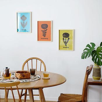 こちらは鳥や魚、草木や花などのモチーフを優しいタッチで描くことで有名な鹿児島睦さんのポスターです。一枚ずつに、「Dialoog/対話」、「Verbeelding/想像」、「Empathie/共感」というメッセージが潜んでいます。三枚を並べて飾ることで、リズミカルな空気が生まれます。