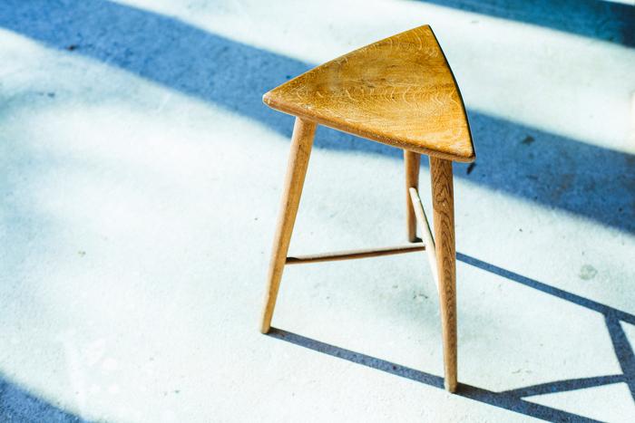 こちらは現在工房でうださんが普段から使っている自作の椅子。三角形の座面がかわいらしい、三本足です