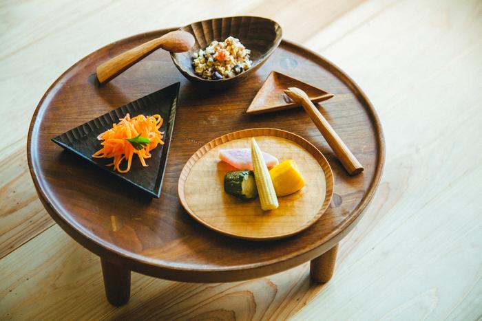 手彫りのボウルに、サンカク小皿。左の三角形には「ホシ皿」、右下のものには「ツキ皿」というかわいらしい名前も。カトラリーやカッティングボード同様、お皿もフリーハンドで描かれたカタチがたくさん
