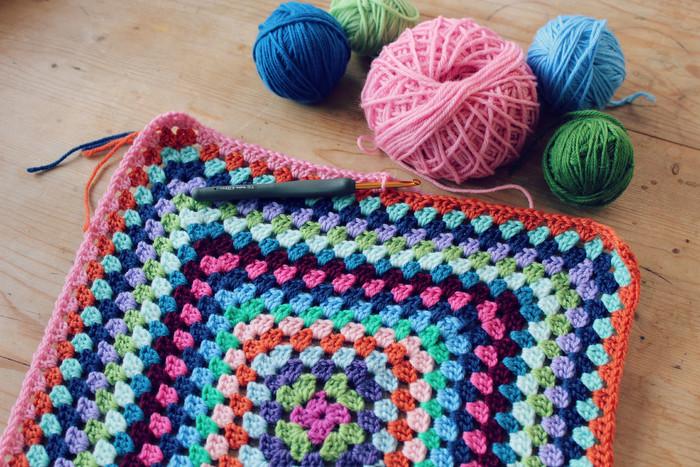 『かぎ編み』とは、この「かぎ針」1本で編むことができる編み物のこと。片方または両端に「かぎ爪」がついており、糸をひっかけて編むことができるのです。