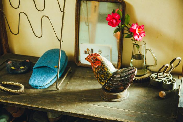 家の中には、いたるところにうださんの作品と、ご自身や奥様があつめたものが置かれていました