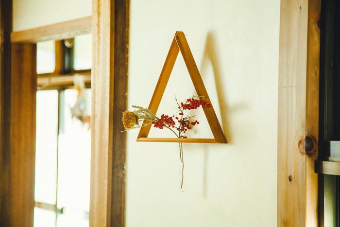 人気のフラワーべース「壁掛けサンカク」。生花もドライフラワーも、額に入ったようにかわいらしく壁に飾れます