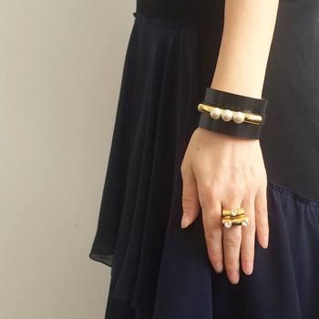 ブランド名であるpetite robe noireとは、フランス語で「黒の小さなドレス」のことを意味します。言葉通り、黒のシンプルなドレスに映えるジュエリーをコンセプトに作られています。