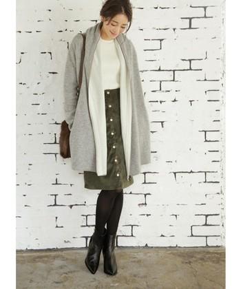 コンサバな印象のタイトスカートも、コーデュロイ素材を選べば季節感のあるカジュアルな雰囲気に。