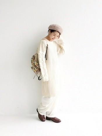 ウインターホワイトがおしゃれなワントーンコーデ。裾をロールアップしたパンツにレイヤードしたニットワンピースは、暖かみのあるトーンが柔らかな印象に♪暗くなりがちなこの季節にこそトライしてみたいですね。ベレー帽やリュックなどの小物使いが絶妙なアクセント。