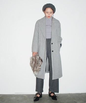 グレーのグラデーションは、ワントーンにありがちなのっぺり感を奥行きのある着こなしに!きれいめカジュアルに溶け込むしっとりとしたコートとパンツのバランスが、クールで上品なスタイルを実現してくれます。旬小物を取り入れたシンプルなスタイリングが好印象♪