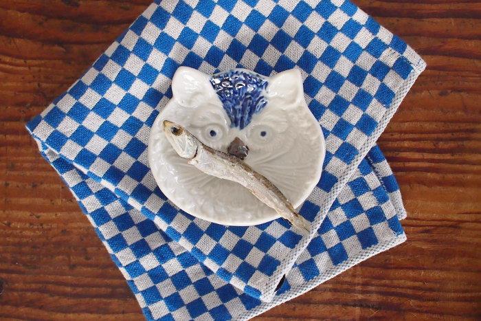 いたずら好きそうな、どこか憎めない猫のなんとも言えない表情を描いたこちらの豆皿。やっぱり一番のお似合いはお魚でしょうか♪