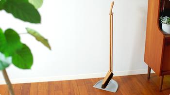 玄関先や部屋をサッと掃除したい時に役立つのが、ホウキとちりとりのセット。フローリングのお部屋に馴染む木目デザインは、テーブルブラシとお揃いにすると、インテリアの見た目もスッキリ♪